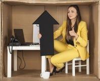 La donna di affari sorridente gode dell'aumento nella benevolenza immagini stock libere da diritti