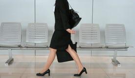 La donna di affari sta camminando Immagini Stock Libere da Diritti