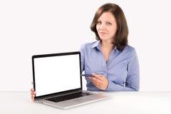 La donna di affari sta dimostrando qualcosa sullo schermo del computer portatile Immagine Stock