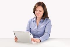 La donna di affari sta lavorando con il computer della compressa Immagini Stock
