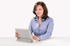 La donna di affari sta lavorando con il computer della compressa Fotografia Stock