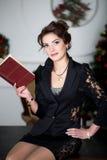 La donna di affari sta leggendo il libro rosso Fotografie Stock