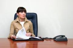 la donna di affari sta passando in rassegna gli archivi Fotografia Stock