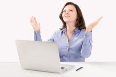 La donna di affari sta sedendosi davanti ad un computer portatile Immagini Stock Libere da Diritti