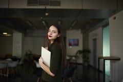 La donna di affari sta sollevando le sue abilità in un istituto universitario privato alla moda Immagini Stock Libere da Diritti