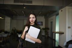 La donna di affari sta sollevando le sue abilità in un istituto universitario privato alla moda Fotografie Stock