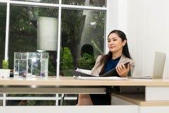 La donna di affari sta sorridendo immagine stock libera da diritti