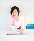 La donna di affari tailandese asiatica sveglia sta lavorando con il suo archivio di documento Immagine Stock Libera da Diritti