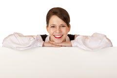 La donna di affari tiene la scheda di pubblicità in bianco immagine stock libera da diritti