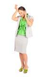 La donna di affari tiene la sigaretta e comunica sul mobile Immagini Stock Libere da Diritti
