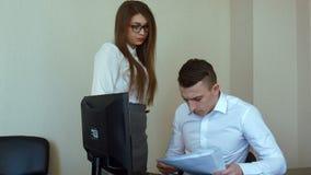 La donna di affari in ufficio ottiene il rimprovero dal suo capo, colpo stabilizzato stock footage