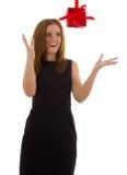 La donna di affari in un vestito nero prende un regalo Fotografie Stock