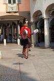 La donna di affari va lavorare nel monocycle fotografia stock