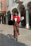 La donna di affari va lavorare nel monocycle fotografia stock libera da diritti
