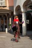 La donna di affari va lavorare nel monocycle fotografie stock libere da diritti