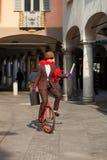 La donna di affari va lavorare nel monocycle immagini stock
