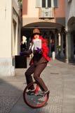 La donna di affari va lavorare nel monocycle immagini stock libere da diritti