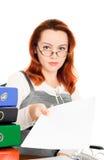 La donna di affari in vetri dà il documento dell'ufficio Immagine Stock
