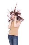 La donna di Atracttive con i capelli lunghi ascolta musica immagine stock libera da diritti