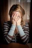La donna di Ayoung ha catturato il suo fronte delle mani Fotografia Stock