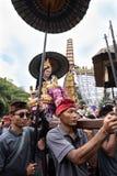 La donna di balinese si è vestita in vestiti tradizionali ha continuato una biga in Ubud, Bali durante famiglia reale funerale il immagini stock