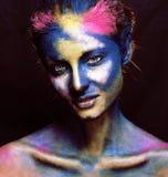La donna di bellezza con creativo compone come la celebrazione santa in Indi immagine stock