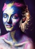 La donna di bellezza con creativo compone come la celebrazione santa in primo piano dell'India immagini stock