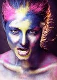La donna di bellezza con creativo compone come la celebrazione santa in Indi fotografia stock