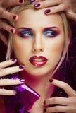 La donna di bellezza con creativo compone, molte dita sulla fine del fronte su immagine stock