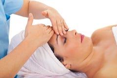 La donna di bellezza gode del massaggio facciale Fotografie Stock Libere da Diritti