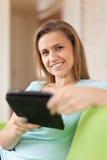 La donna di bellezza legge il e-libro Fotografia Stock