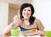 La donna di bellezza mangia il cereale del grano saraceno Fotografia Stock