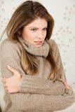 La donna di bellezza ritiene il freddo Fotografie Stock