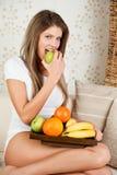 La donna di bellezza sta mangiando la mela verde Immagine Stock Libera da Diritti