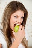 La donna di bellezza sta mangiando la mela verde Fotografia Stock Libera da Diritti