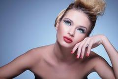 La donna di bellezza sta sognando via Fotografie Stock Libere da Diritti