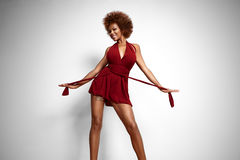La donna di colore perfetta di misura sta ballando Fotografia Stock