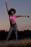 La donna di colore sta facendo allungando il rilassamento ed il riscaldamento di esercizio Immagine Stock Libera da Diritti