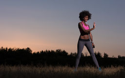 La donna di colore sta facendo allungando il rilassamento ed il riscaldamento di esercizio Fotografia Stock Libera da Diritti