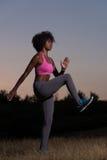 La donna di colore sta facendo allungando il rilassamento ed il riscaldamento di esercizio Fotografie Stock Libere da Diritti