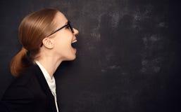 La donna di concetto in vetri ha detto ad una lavagna in bianco Fotografia Stock