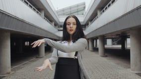 La donna di dancing esegue il ballo moderno di moda, posando, stile libero contemporaneo su fondo industriale archivi video