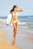 Praticare il surfing andante della donna di divertimento della spiaggia con il bodyboard Fotografia Stock Libera da Diritti