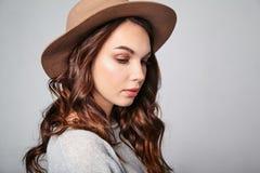 La donna di estate casuale copre con trucco naturale che posa di studio Fotografia Stock