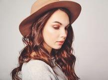 La donna di estate casuale copre con trucco naturale che posa di studio Fotografia Stock Libera da Diritti