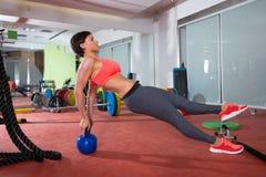 La donna di forma fisica di Crossfit spinge aumenta l'esercizio di piegamento sulle braccia del kettlebell Fotografia Stock