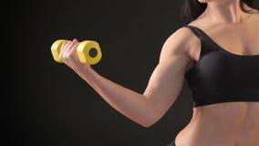 La donna di forma fisica dimostra il suo bicipite stock footage