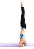 La donna di forma fisica fa l'allungamento sulla posa di yoga Fotografie Stock