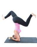 La donna di forma fisica fa l'allungamento sulla posa di yoga Fotografia Stock