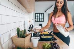 La donna di forma fisica prepara la dieta di nutrizione di sport della prima colazione prima dell'allenamento Stile di vita sano Immagine Stock